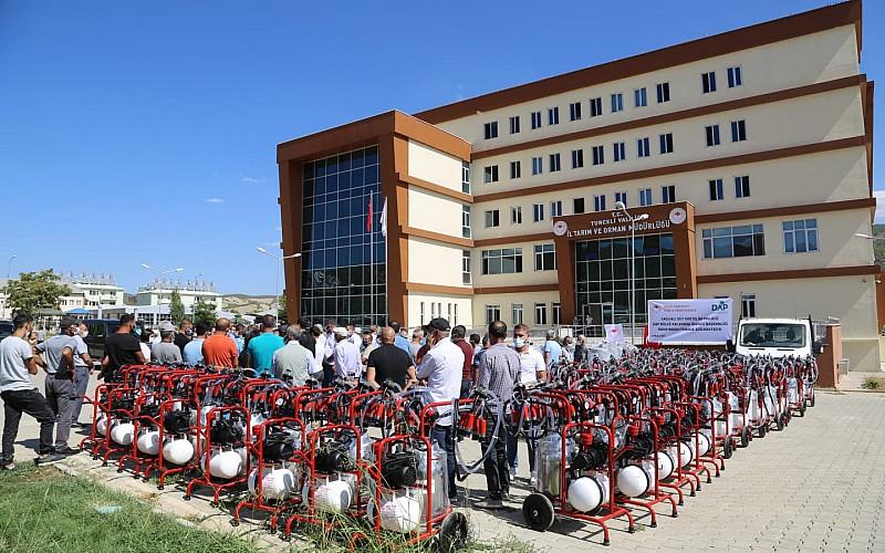 Tunceli'de 100 çiftçiye seyyar süt sağım makinesi ve soğutma tankı dağıtıldı