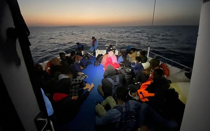 İzmir'de Türk kara sularına geri itilen 75 düzensiz göçmen kurtarıldı
