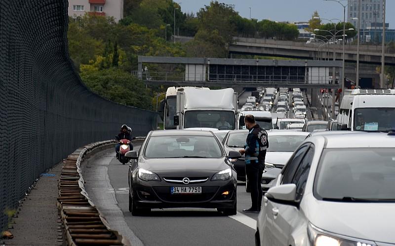 """İstanbul'da """"çakarlı araç"""" denetimi"""