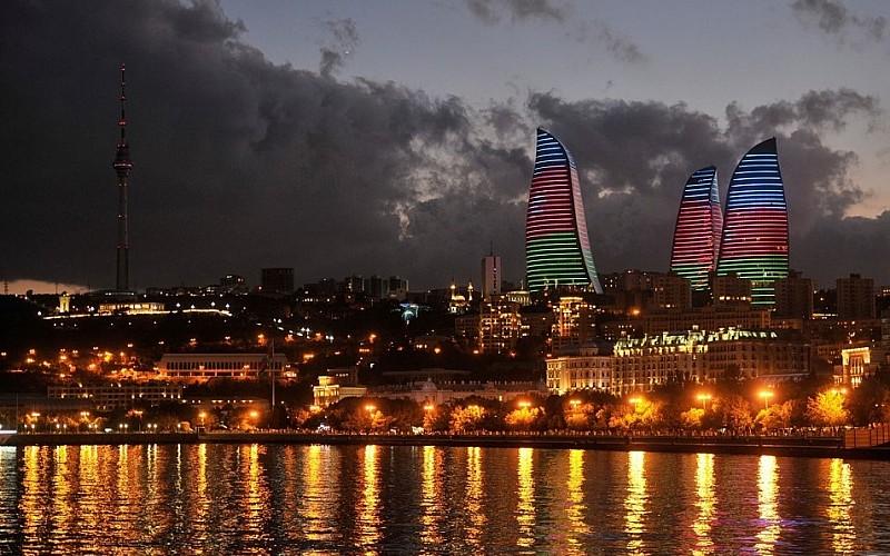 Bakü'nün ünlü yapıları şehitlerin anısına Azerbaycan bayrağının renklerine büründü