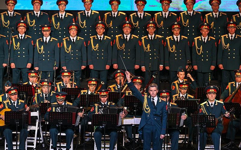 Rus Kızılordu Korosu ve Haluk Levent İzmir'de konser verdi