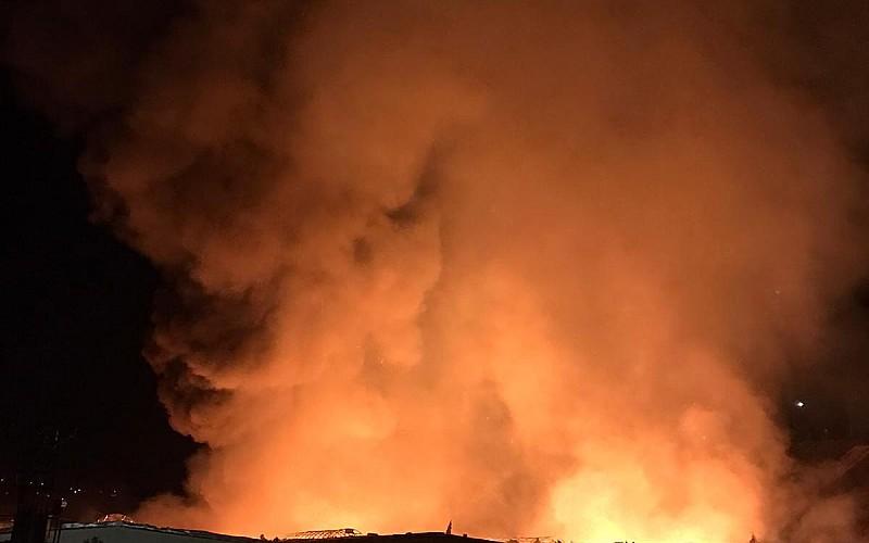 Kayseri'de kağıt fabrikasında çıkan yangına müdahale ediliyor