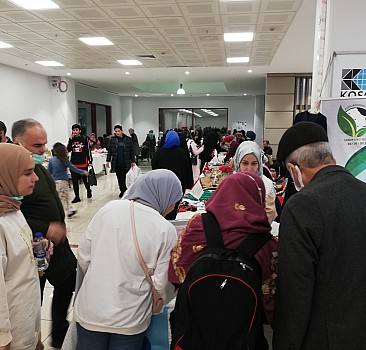 Arap kadınlar el emeği ürünlerini İstanbul'daki kermeste sergiledi