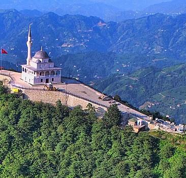 Kıble Dağı'nın zirvesinde yükselen cami