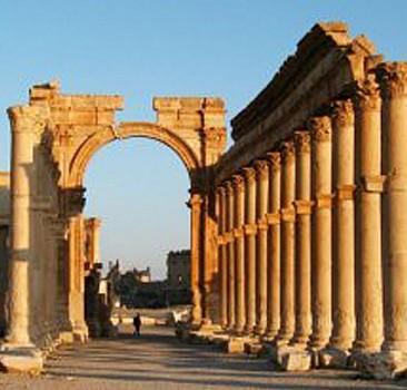 Antik kent Palmira havadan bombalanıyor