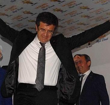 Nihat Zeybekçi seçimi zeybek oynayarak kutladı
