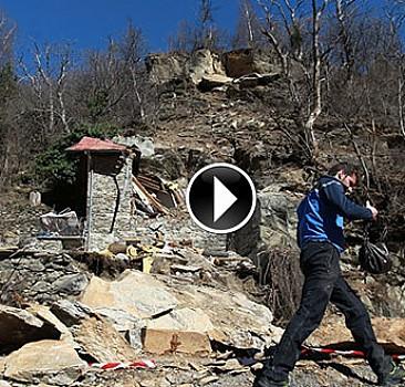 Dağdan kopan kaya parçası evin üzerine düştü