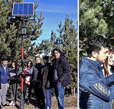 Öğrencilerden güneş enerjili şarj istasyonu