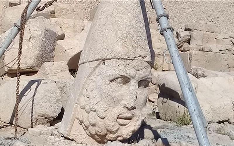 Nemrut Dağı'ndaki 2 bin 60 yıllık heykel devrilmekten kurtarıldı