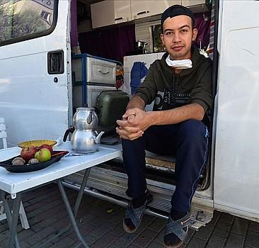 Fedakar sağlık çalışanı yakınlarını korumak için hayatını karavana sığdırdı